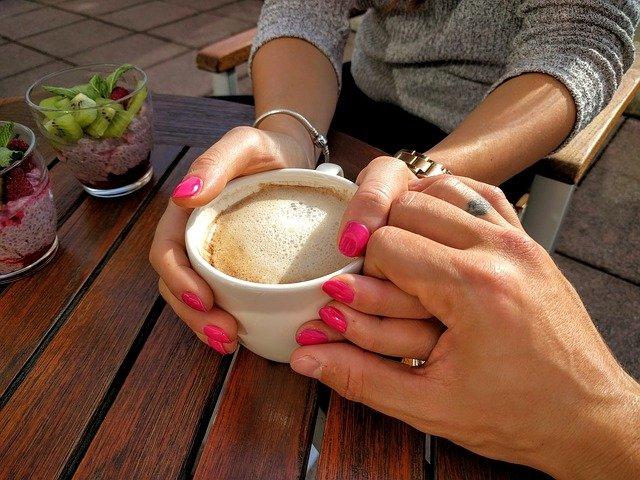 partneři u kávy