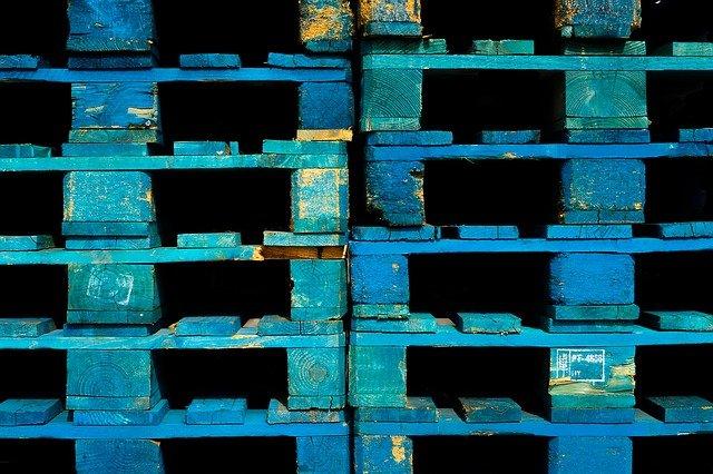 modré dřevěné palety